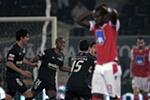 """Barrientos e Douglas colocam Guimarães nas """"meias"""""""