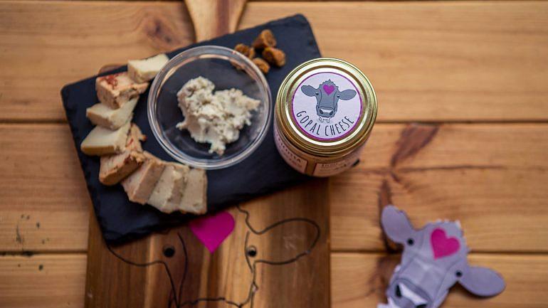 Os queijos podem ser consumidos no restaurante, mas estão também à venda para fora