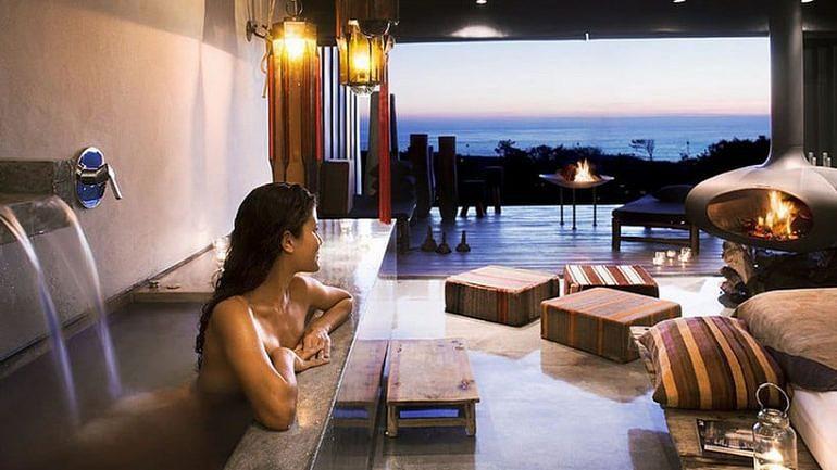 O Areias do Seixo fica a uma hora de Lisboa, mas vale a pena fazer o caminho por uma banheira com vista para o Oceano Atlântico