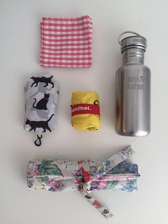 Ana Milhazes não viaja sem este kit, que inclui sacos reutilizáveis, garrafa de água, um lenço e um kit de talheres.