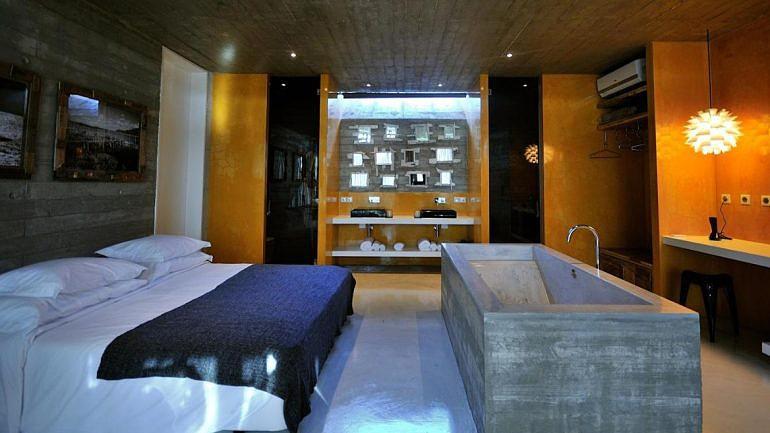 Open space, banheiras no quarto e lareira interior — é isto que o Hotel Rio do Prado promete