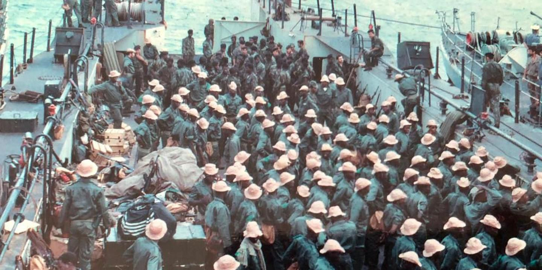 Operação Mar Verde - Comandos africanos portugueses seguem a bordo de uma das lanchas de desembarque