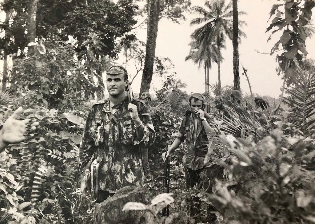 Alpoim Calvão a liderar um grupo de assalto nas matas da Guiné portuguesa, na década de 1960