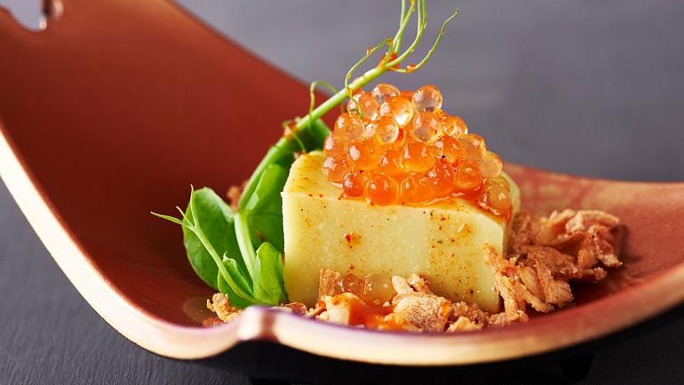Tofu de ervilha com cebola frita, rebentos de ervilha e pérolas de yuzu