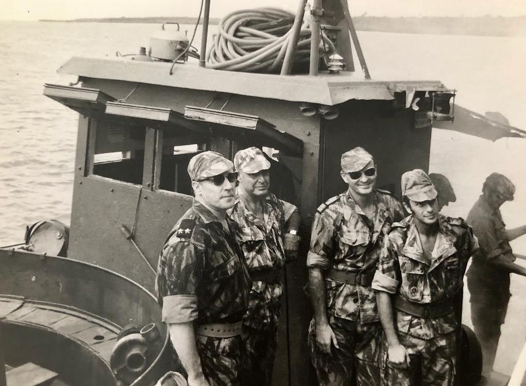 Operação Mar Verde - O general Spínola (o segundo a contar da esquerda, segurando na mão esquerda enluvada o seu tradicional pingalim) e outros oficiais despedem-se das tropas que desembarcariam em Conacri