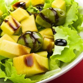 Green salad with mango and olives