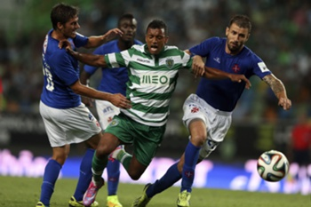 Sporting Lisbon player Nani is blocked by Belenenses oponents in their first league soccer match played tonight 13th september 2014 in the Alvalade XXI stadium in Lisbon. TIAGO PETINGA/LUSA