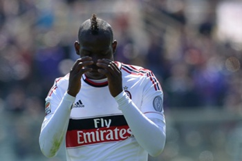 AC Milan's forward Mario Balotelli reacts during the Italian serie A football match between Fiorentina and AC Milan on April 7, 2013 at Artemio Franchi stadium in Florence. AFP PHOTO / ALBERTO PIZZOLI