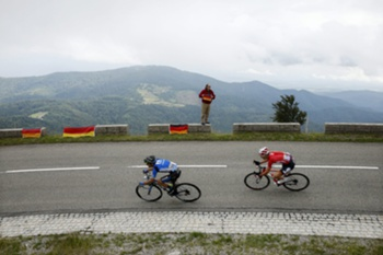 epa04313849 Lotto Belisol procycling team rider Tony Gallopin (R) of France and Netapp Endura Procycling team rider Tiago Machado (L) of Portugal in action during the 9th stage of the 101st Tour de France 2014 cycling race, over 170 km from Gerardmer to Mulhouse, in France, 13 July 2014. EPA/YOAN VALAT