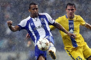 FC Porto's Danilo (L) in action against FC Bate Borisov Nikolay Signevich during their UEFA Champions League group H soccer match at Dragao stadium in Porto, Portugal, 17 September 2014. JOSE COELHO/LUSA
