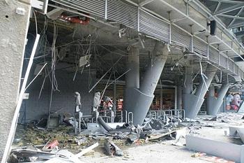 Estádio alvo de um bombardeamento.