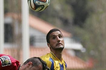 O jogador do União da Madeira, David Azin (D), disputa a bola com o jogador do Penafiel, Gabi (E), durante o jogo da Segunda Liga de Futebol, disputado no centro desportivo da Madeira, na Ribeira Brava, 04 de maio de 2014.