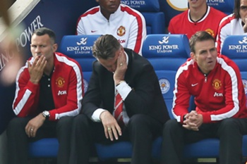 Manchester United manager Louis van Gaal (C) reacts during the English Premier League soccer match played between Leicester City and Manchester United at King Power Stadium in Leicester, Britain, 21 September 2014. Big-spending Manchester United suffered a stunning collapse at newly-promoted Leicester City, with four second-half goals handing them a 5-3 defeat.
