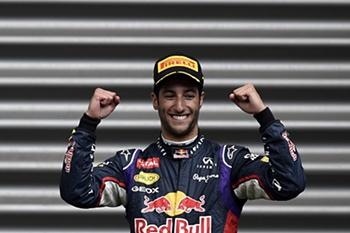 O piloto da Red Bull sorri triunfante.