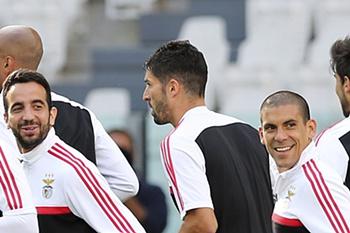 Os jogadores do Benfica (E-D Rodrigo, Ruben Amorim, Steven Vitoria, Maxi Pereira durante o treino de preparação para a final da Liga Europa contra o Sevilha que irá decorrer amanhá no estádio da Juventus, Turim, 13 de maio de 2014. MANUEL DE ALMEIDA / LUSA
