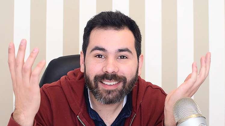 Gente de permanente, bigode e fato de treino fluorescente