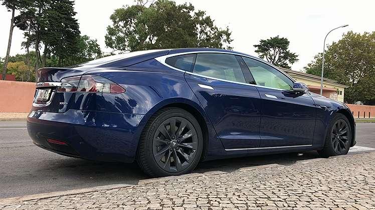 Tesla Model S: são 518 cavalos... e andam sozinhos!