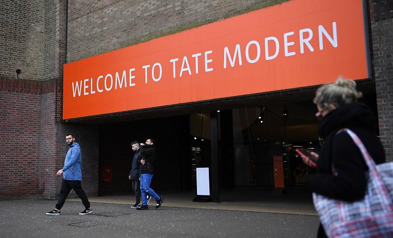 Jovem que empurrou criança de museu em Londres condenado a 15 anos de prisão