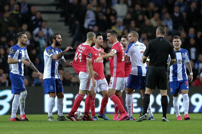 Resultado de imagem para Benfica critica arbitragem do clássico e pede árbitros estrangeiros