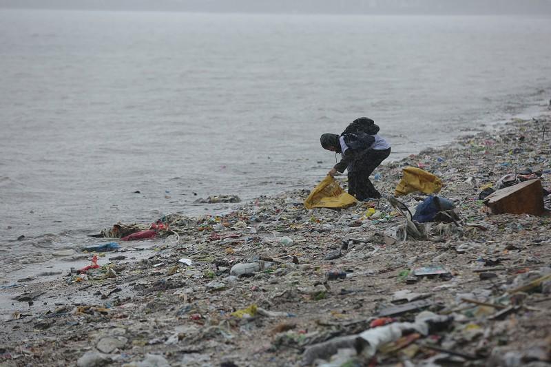 Resultado de imagem para Comportamentos estão a mudar mas o plástico ainda não desapareceu das praias