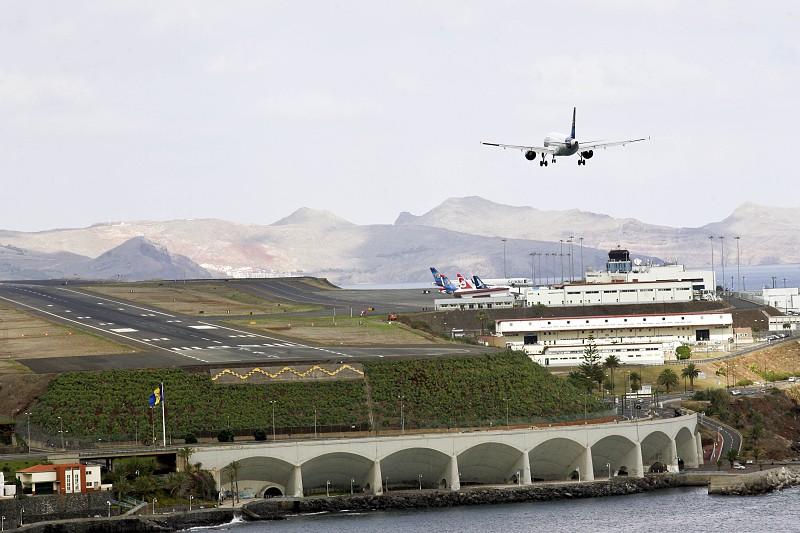 Resultado de imagem para Piloto desmaiou num voo do Porto para o Funchal e co-piloto teve de regressar à origem