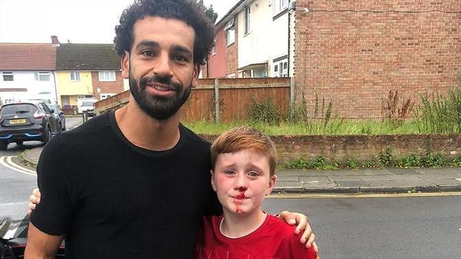 Insólito: Chocou contra um poste, mas acabou por conhecer o ídolo Salah