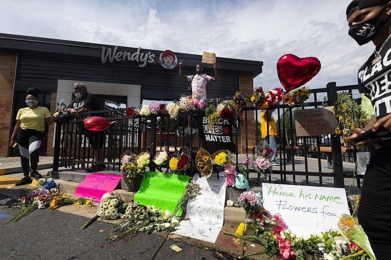 EUA. Autópsia confirma homicídio de jovem negro morto a tiro em ...