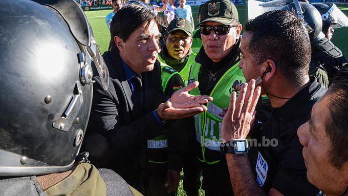 Árbitro boliviano recorre ao video-árbitro para marcar penálti mas... não há VAR na Bolívia