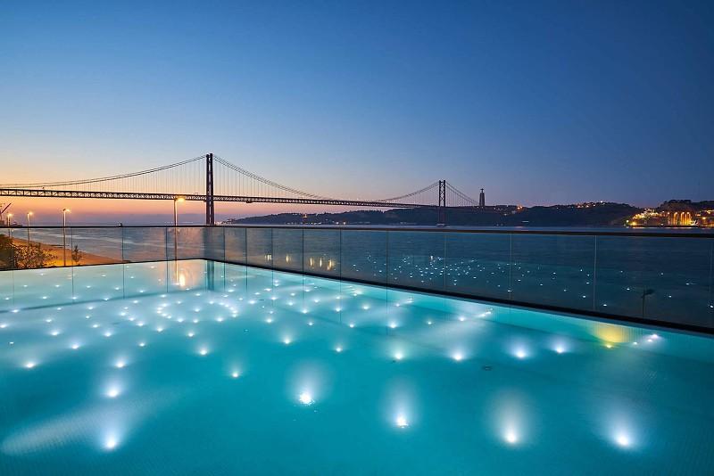 Nem só da piscina vive o SUD Lisboa: há gastronomia, cocktails, música ao vivo e vista para o Tejo todo o ano
