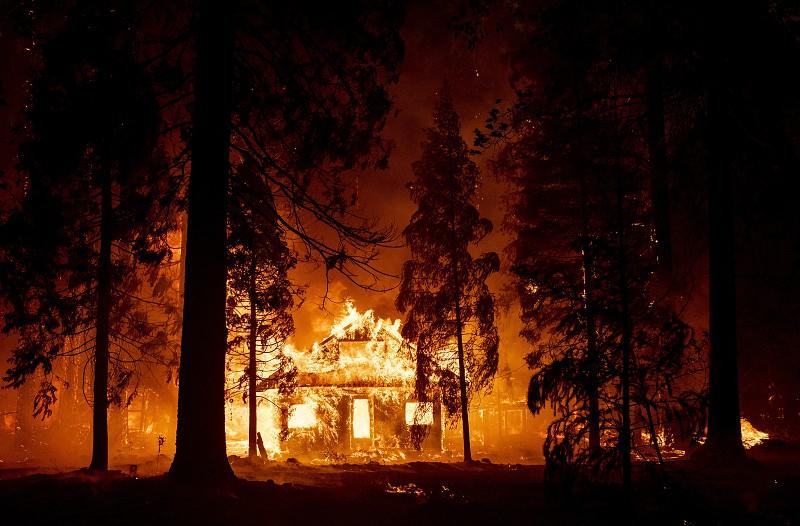 Califórnia luta contra enorme incêndio que é tão grande que está a criar o seu próprio clima