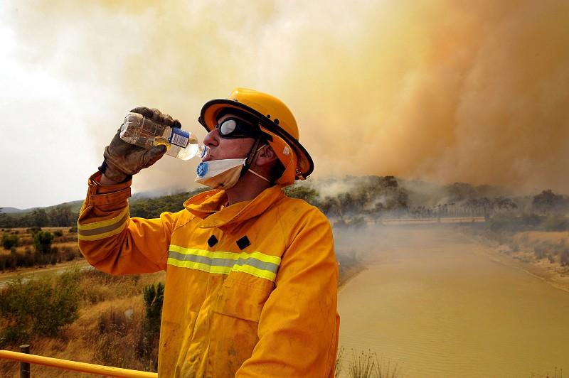 Resultado de imagem para Morte de bombeiro eleva para 27 número de vítimas dos incêndios na Austrália