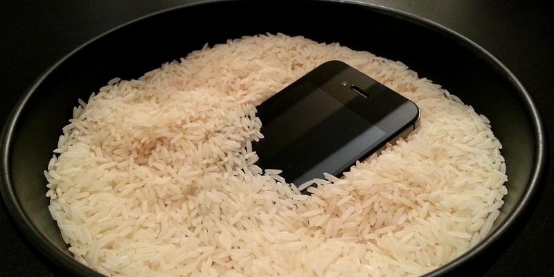 """Mito ou verdade: O arroz consegue salvar um telemóvel de """"afogamento""""?"""