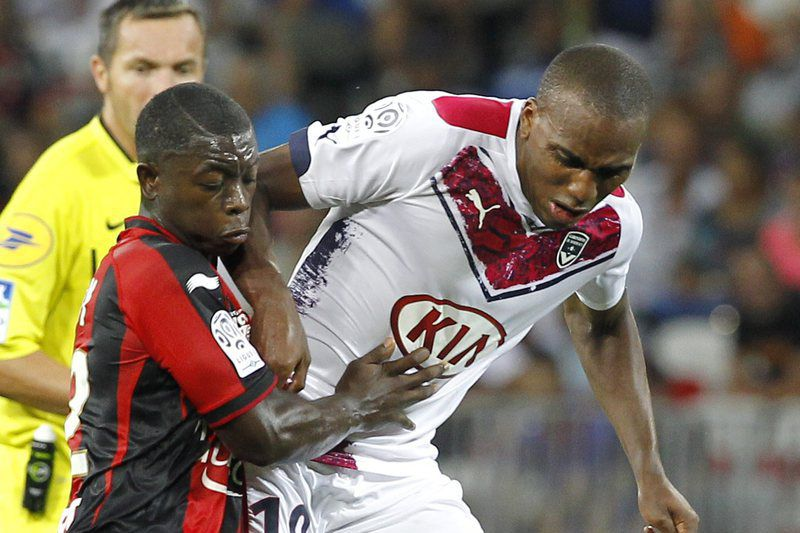 Nampalys Mendy (E) ao serviço do Nice • epa04365413 Nampalys Mendy of OGC Nice ( L ) vies for the ball with Nicolas Maurice Belay of Girondins Bordeaux ( R ) during the French Ligue 1 soccer match, OGC Nice vs Girondins Bordeaux, at the Allianz Riviera stadium, in Nice, France, 23 August 2014.  • EPA/SEBASTIEN NOGIER