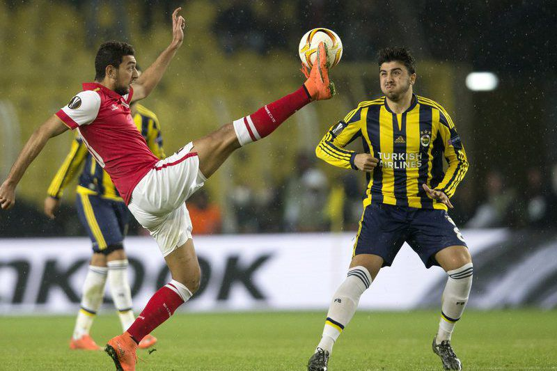 Fenerbahce Istanbul vs Braga • epa05204972 Fenerbahce Istanbul's Ozan Tufan (R) in action against Braga's Ahmed Hassan during the UEFA Europa League Top 16 match between Fenerbahce Istanbul vs Braga in Istanbul, Turkey 10 March 2016.  EPA/TOLGA BOZOGLU • Lusa
