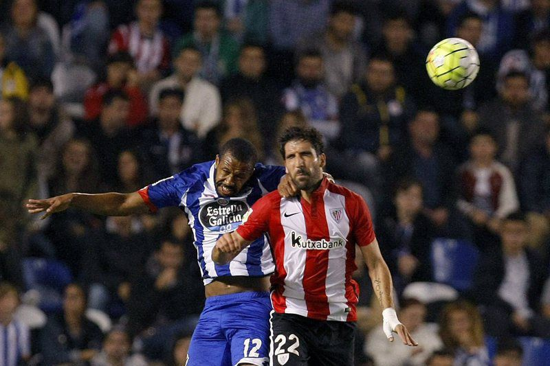 Raul Garcia (D) disputa a bola com Sidnei • epa04983237 Athletic Club's midfielder Raul Garcia (R) heads for the ball with Deportivo Coruna's Brazilian defender Sidnei (L) during their Spanish Liga Primera Division Liga soccer match played at Riazor stadium in La Coruna, Spain, 18 October 2015. •  EPA/Cabalar