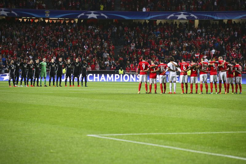 epa06274277 Players of Manchester United (L) and Benfica Lisbon (R) hold a minute of silence for the victims of the wildfires in Portugal before the UEFA Champions League group A soccer match between Benfica Lisbon and Manchester United at Luz Stadium in Lisbon, Portugal, 18 October 2017.  EPA/JOSE SENA GOULAO