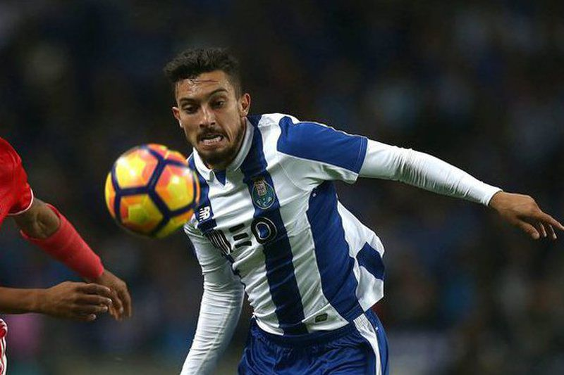 FC Porto-Benfica • epa05620220 FC Porto\'s Alex Telles (R) vies for the ball with Benfica´s Toto Salvio during their Portuguese First League soccer match held at Dragao stadium in Porto, Portugal, 06 November 2016.  EPA/ESTELA SILVA • Lusa • EPA/ESTELA SILVA