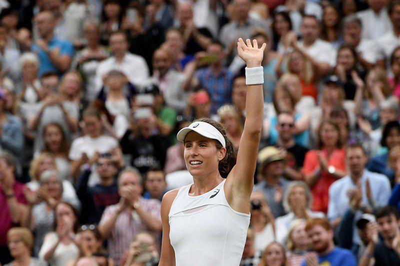 Johanna Konta celebra a vitória em Wimbledon • Johanna Konta of Britain celebrates winning against Simona Halep of Romania during their quarter final match for the Wimbledon Championships at the All England Lawn Tennis Club, in London, Britain, 11 July 2017. • EPA/FACUNDO ARRIZABALAGA