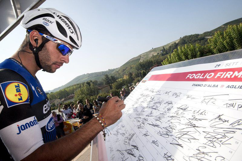 Fernando Gaviria, ciclista colombiano • epa05562162 Fernando Gaviria of Etixx Quick-Step Team signs in before the Giro del Piemonte cycling race over 207 km from Diano d'Alba to Aglie, northern Italy, 29 September 2016.  • EPA/CLAUDIO PERI