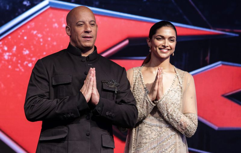 epa05713277 US actor Vin Diesel (L) and Bollywood actress Deepika Padukone (R) pose for pictures during the promotional event of their upcoming movie 'xXx: The Return of Xander Cage' in Mumbai, India, 12 January 2017. The movie releases in India on 14 January 2017.  EPA/DIVYAKANT SOLANKI