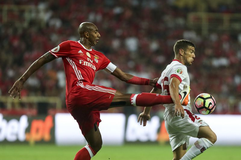 Benfica vs Braga • Benfica's Luisao (L) in action against Braga's Tiba (R) during their Portuguese Candido de Oliveira Supercup soccer match held at Aveiro Stadium, in Aveiro, Portugal, 7 August 2016.PEDRO TRINDADE/LUSA • Lusa