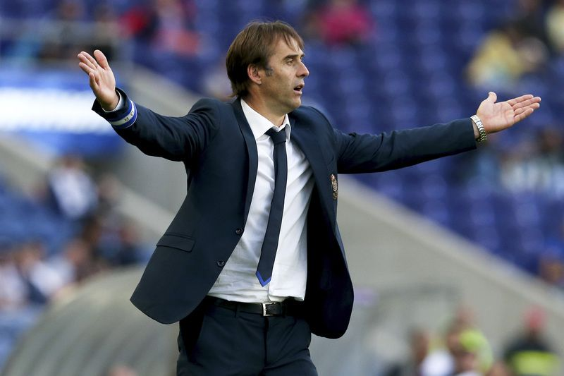 FC Porto vs Gil Vicente • FC Porto's head coach Julen Lopetegui reacts during their Portuguese First League soccer match against Gil Vicente held at Dragao stadium in Porto, Portugal, 10 May 2015. ESTELA SILVA/LUSA • Lusa