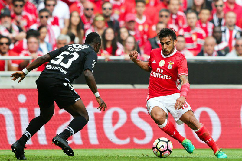 Benfica Lisbon vs Vitoria Guimaraes • epa05961941 Benfica's Eduardo Salvio (R) in action against Guimaraes' Konan (L) during the Portuguese First League soccer match between Benfica Lisbon and Vitoria Guimaraes at Luz stadium in Lisbon, Portugal, 13 May 2017.  EPA/TIAGO PETINGA