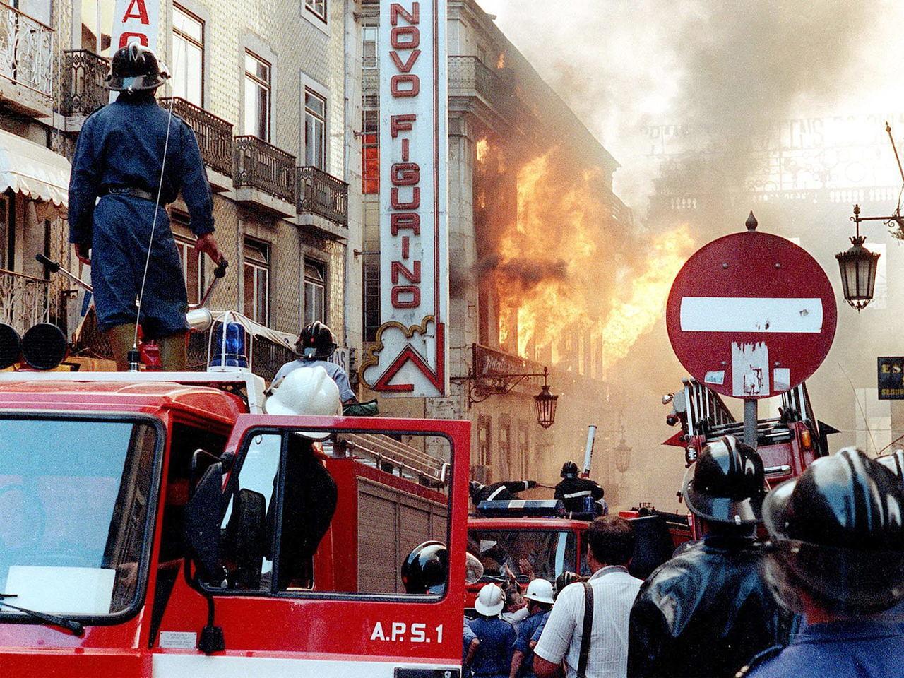 Resultado de imagem para Há 30 anos, o incêndio que destruiu o Chiado foi também o princípio da nova vida da rádio e dos media em Portugal
