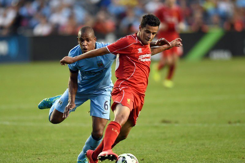 Fernando no Manhester City • Manchester City's Fernando and Liverpool's Philippe Coutinho during the Guinness International Champions Cup soccer match at Yankee Stadium July 30, 2014. • AFP PHOTO / Timothy A. CLARY