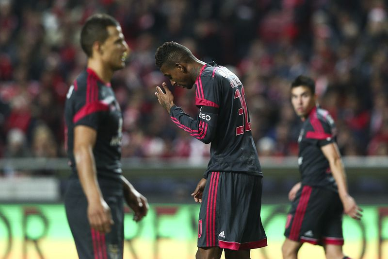 Benfica x Braga • SL Benfica's player Talisca (C) reacts after missing a goal against SC Braga during their Round of 16 Soccer Portuguese Cup match held at Luz Stadium in Lisbon, Portugal, 18 December 2014. JOSE SENA GOULAO/LUSA • LUSA