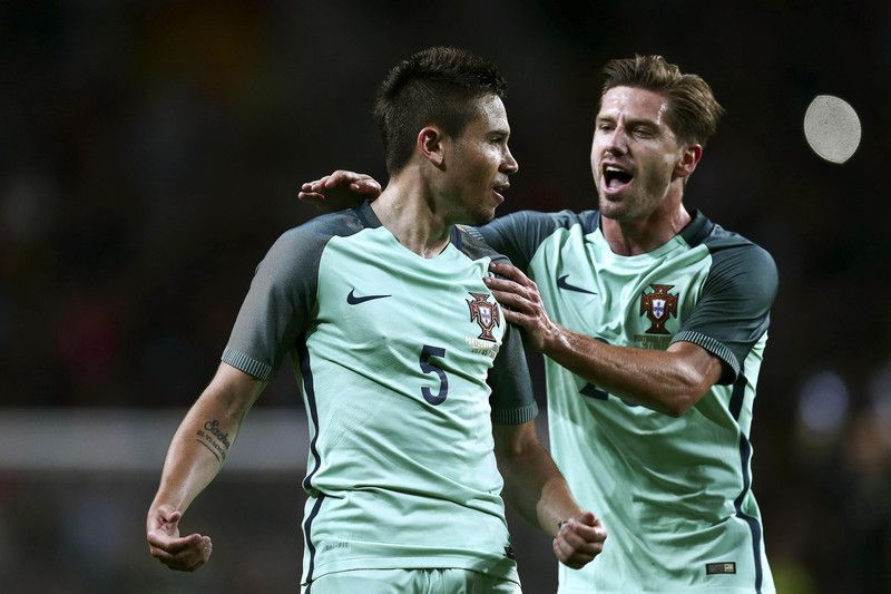 Raphael Guerreiro celebra o segundo golo ao lado de Adrien • Portugal's player Raphael Guerreiro (L) and Adrien Silva celebrate after scoring a goal against Norway during the frendly soccer match preparing for the UEFA EURO 2016 in France, held at Dragao stadium in Porto, north of Portugal, 29 may 2016.  • ESTELA SILVA/LUSA