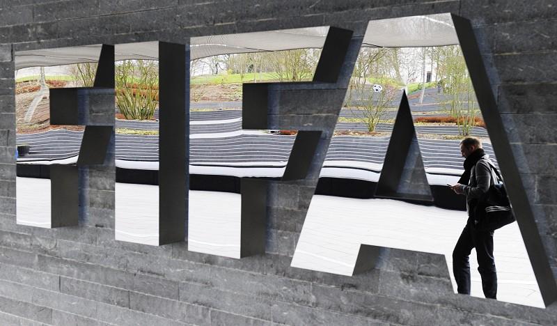 Resultado de imagem para Benfica e Sporting multados por violar regras de transferências