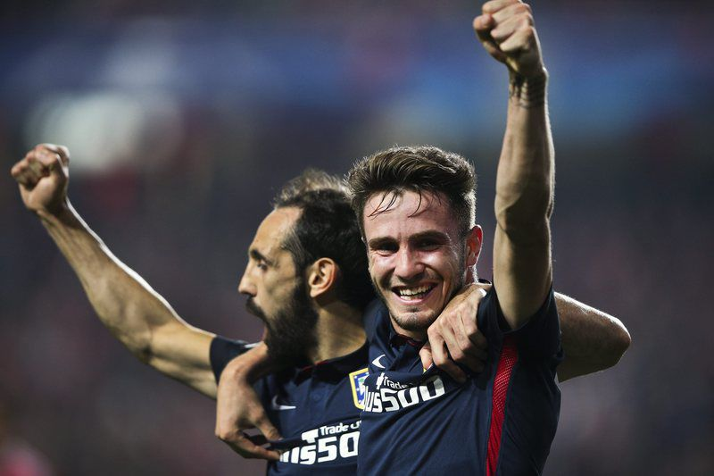 Saul Niguez (D) celebra o golo com Juanfran • epaselect epa05060397 Atletico de Madrid soccer player Saul Niguez (R) celebrate with Juanfran after scoring the 1-0 during the UEFA Champions League Group C soccer match held at Luz Stadium in Lisbon, Portugal, 08th December 2015.  • EPA/MIGUEL A. LOPES