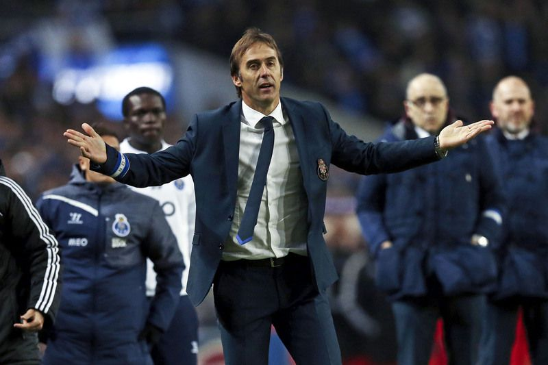 FC Porto vs Benfica • FC Porto's head coach Julen Lopetegui reacts during the Portuguese First League soccer match against Benfica held at Dragao stadium in Porto, Portugal, 14 December 2014. JOSE COELHO/LUSA • © 2014